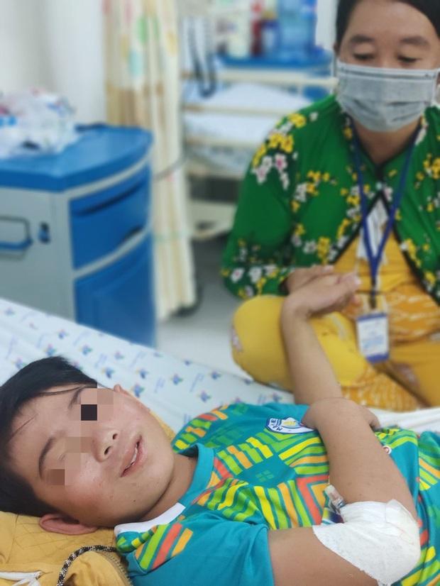 Bé trai 13 tuổi suýt tử vong vì sốt xuất huyết - Ảnh 2.