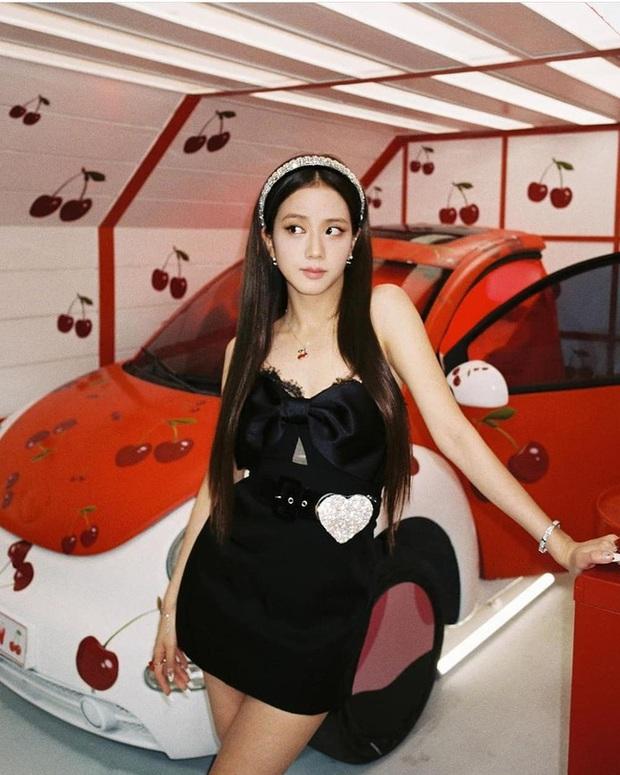 Jisoo đụng hàng với Phú Sát Hoàng hậu già hơn tận 16 tuổi: Idol xinh như Hoa hậu nay đã gặp đối thủ đáng gờm - Ảnh 2.