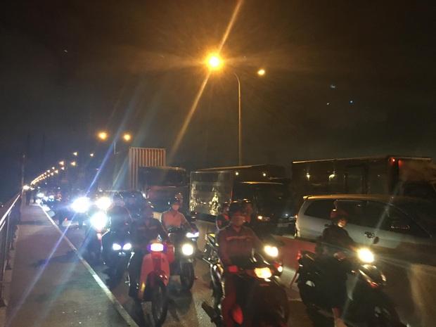 TP.HCM: Xe container gây tai nạn liên hoàn trên cầu Phú Mỹ, giao thông tê liệt hơn 3 tiếng - Ảnh 1.