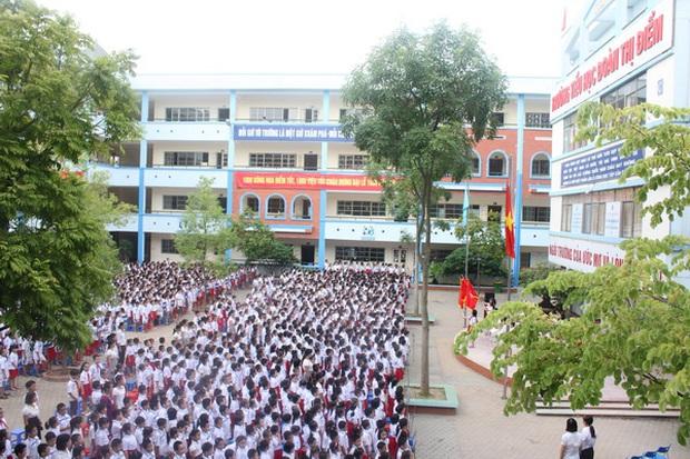 Hà Nội: Trường tiểu học bỏ quên học sinh trên xe đưa đón - Ảnh 1.