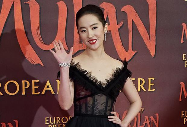 2 nàng Mulan Triệu Vy - Lưu Diệc Phi: Bê bối dài 20 năm, đời tư sặc thuyết âm mưu, người giật bồ kẻ vướng tin đồn yêu đồng tính - Ảnh 20.