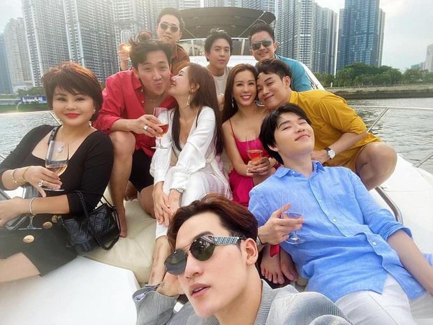 """Hội bạn thân """"chanh sả"""" trên du thuyền, Trấn Thành - Hari Won chiếm spotlight với màn khoá môi khiến hội FA nhìn mà """"tức"""" - Ảnh 2."""