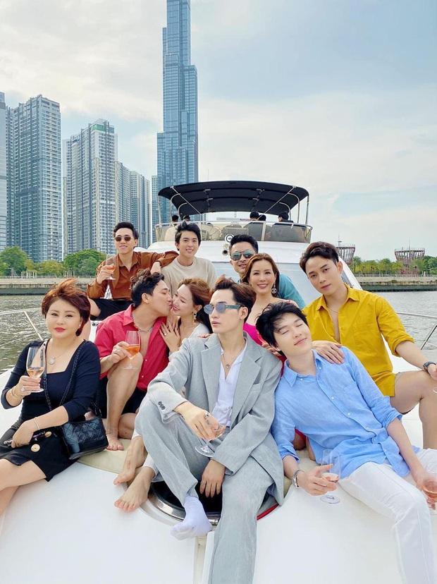 """Hội bạn thân """"chanh sả"""" trên du thuyền, Trấn Thành - Hari Won chiếm spotlight với màn khoá môi khiến hội FA nhìn mà """"tức"""" - Ảnh 3."""