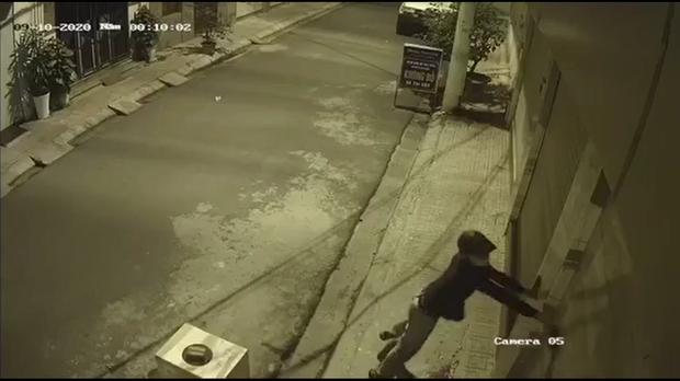 Nhà riêng của đạo diễn Trọng Hưng bị 2 kẻ lạ mặt đi xe máy ném chất bẩn trong đêm - Ảnh 2.