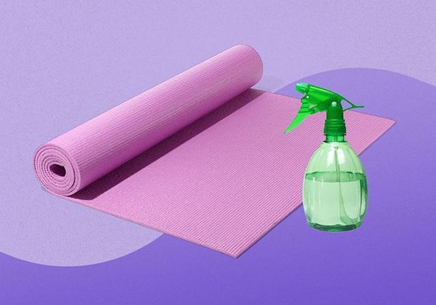 5 lưu ý khi vệ sinh thảm tập yoga để tránh gây dị ứng và dẫn tới nhiều bệnh ngoài da - Ảnh 2.