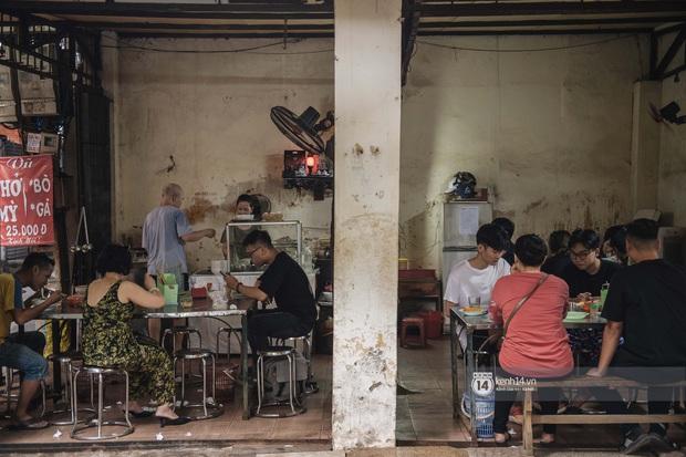 Hàng phở mậu dịch hiếm hoi còn sót lại ở Hà Nội: 7 rưỡi sáng đến mà suýt phải nhịn vì quán sắp bán hết - Ảnh 2.