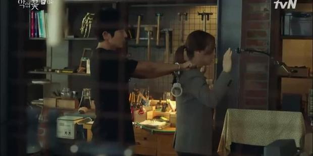 Soái ca ngôn tình Lee Jun Ki kề dao vào cổ vợ, dân tình phẫn nộ chỉ trích biên kịch Flower of Evil bẻ lái quá tàn nhẫn - Ảnh 3.