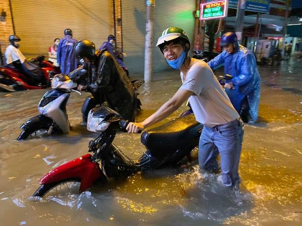 Nhiều tuyến đường Sài Gòn ngập lút bánh xe sau mưa lớn, nước chảy cuồn cuộn như lũ - Ảnh 7.