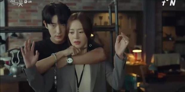Soái ca ngôn tình Lee Jun Ki kề dao vào cổ vợ, dân tình phẫn nộ chỉ trích biên kịch Flower of Evil bẻ lái quá tàn nhẫn - Ảnh 2.