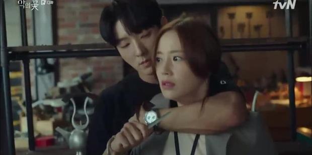 Soái ca ngôn tình Lee Jun Ki kề dao vào cổ vợ, dân tình phẫn nộ chỉ trích biên kịch Flower of Evil bẻ lái quá tàn nhẫn - Ảnh 1.