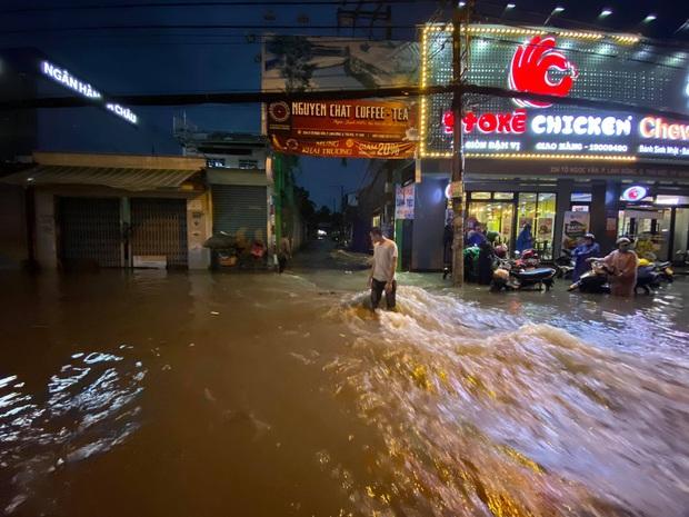 Nhiều tuyến đường Sài Gòn ngập lút bánh xe sau mưa lớn, nước chảy cuồn cuộn như lũ - Ảnh 10.