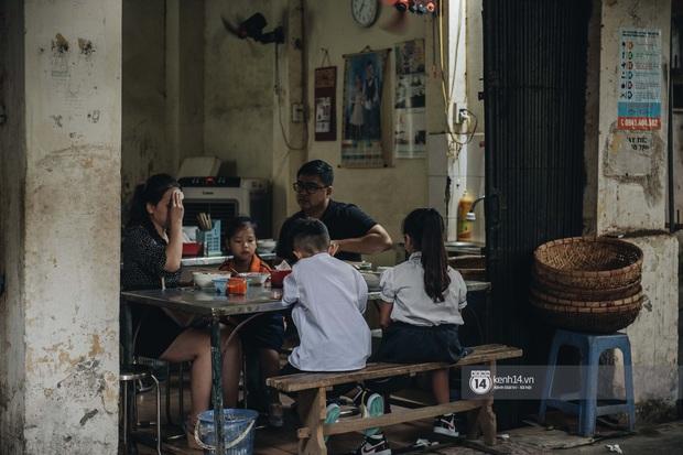 Hàng phở mậu dịch hiếm hoi còn sót lại ở Hà Nội: 7 rưỡi sáng đến mà suýt phải nhịn vì quán sắp bán hết - Ảnh 1.