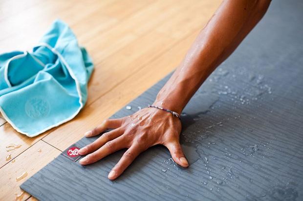 5 lưu ý khi vệ sinh thảm tập yoga để tránh gây dị ứng và dẫn tới nhiều bệnh ngoài da - Ảnh 4.