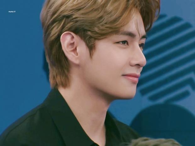 V (BTS) gây sốt suốt 20 phút trên sóng thời sự: Như hoàng tử cổ tích, góc nghiêng trai đẹp nhất thế giới khiến fan xỉu ngang - Ảnh 9.