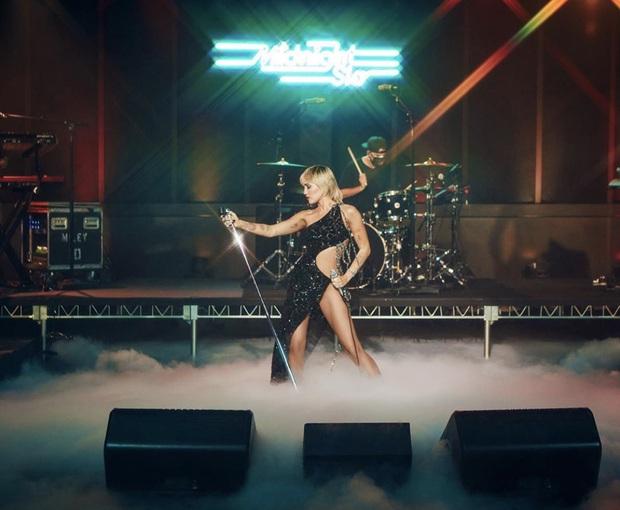 Dân tình rụng tim với chiếc đầm hiểm hóc Miley Cyrus vừa diện, nào ngờ đó là thiết kế của Công Trí - Ảnh 2.
