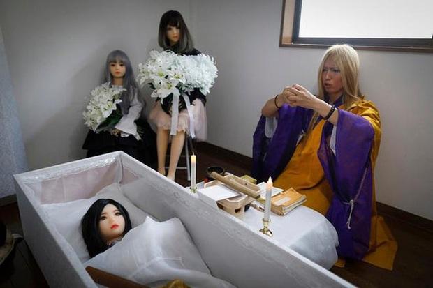 Bị gia đình cấm cản hoặc đã hết hạn sử dụng, nhiều đàn ông Nhật làm đám tang cho búp bê tình dục với chi phí gần 20 triệu đồng/lần - Ảnh 2.