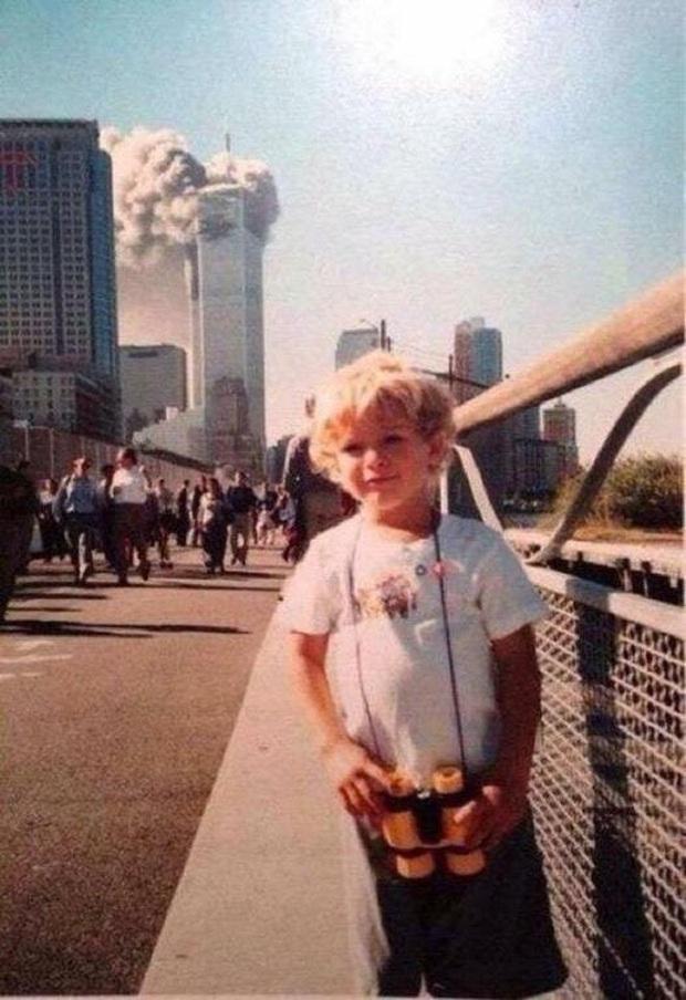 Câu chuyện cậu bé đứng chụp ảnh điềm tĩnh, đằng sau là tòa tháp bốc cháy trong thảm kịch 11/9 gây ra nhiều tranh luận - Ảnh 1.