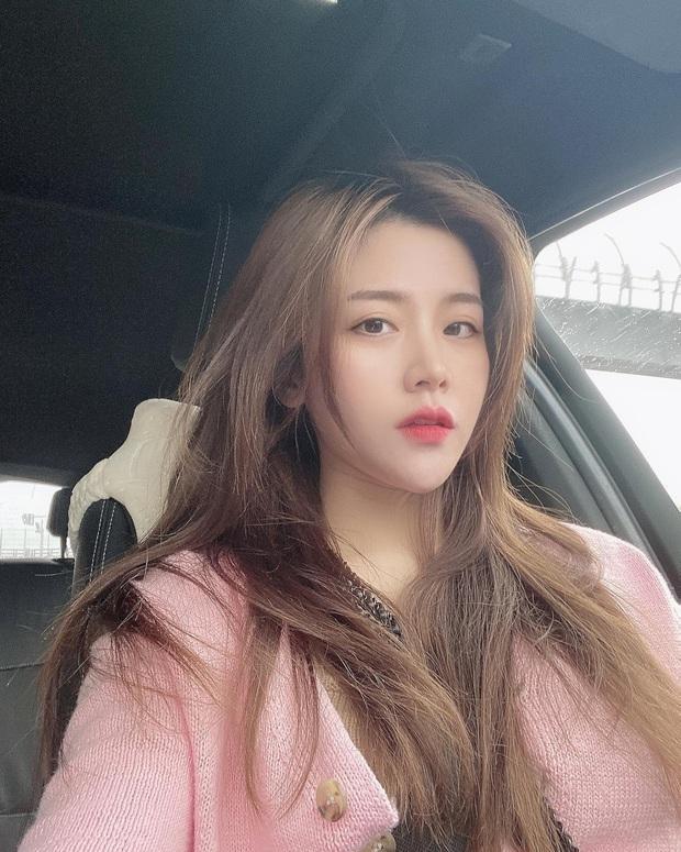 Em gái Ông Cao Thắng vừa đổi màu tóc giống Rosé nhưng nhan sắc tuổi 30 mới là điều gây bất ngờ nhất - Ảnh 1.