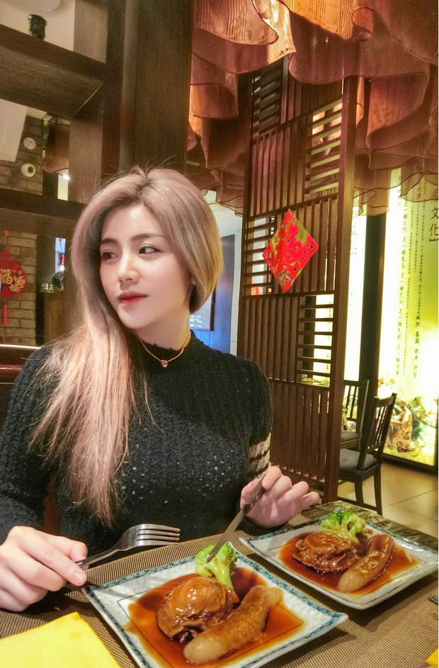Em gái Ông Cao Thắng vừa đổi màu tóc giống Rosé nhưng nhan sắc tuổi 30 mới là điều gây bất ngờ nhất - Ảnh 2.