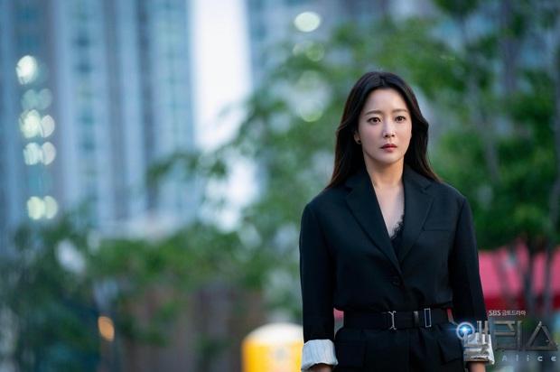 Gặp phải quốc bảo nhan sắc Kim Hee Sun thì có là Seo Ye Ji hay Irene đều phải chịu thua khi đụng hàng - Ảnh 1.