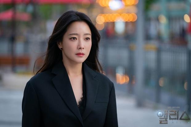 Gặp phải quốc bảo nhan sắc Kim Hee Sun thì có là Seo Ye Ji hay Irene đều phải chịu thua khi đụng hàng - Ảnh 2.