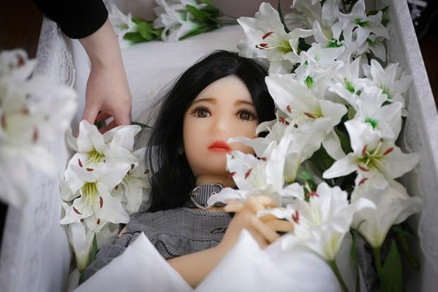 Bị gia đình cấm cản hoặc đã hết hạn sử dụng, nhiều đàn ông Nhật làm đám tang cho búp bê tình dục với chi phí gần 20 triệu đồng/lần - Ảnh 3.
