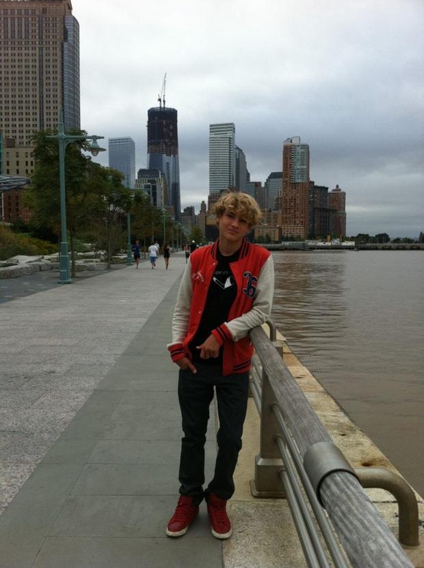 Câu chuyện cậu bé đứng chụp ảnh điềm tĩnh, đằng sau là tòa tháp bốc cháy trong thảm kịch 11/9 gây ra nhiều tranh luận - Ảnh 5.