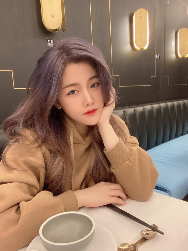 Em gái Ông Cao Thắng vừa đổi màu tóc giống Rosé nhưng nhan sắc tuổi 30 mới là điều gây bất ngờ nhất - Ảnh 10.