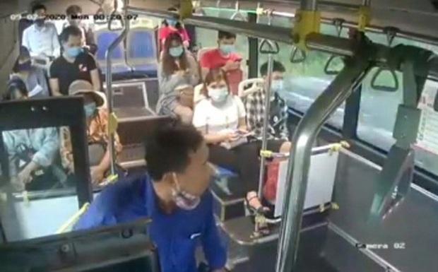 Đã xác định được danh tính người đàn ông nhổ nước bọt vào mặt nữ phụ xe buýt khi bị nhắc nhở đeo khẩu trang - Ảnh 1.
