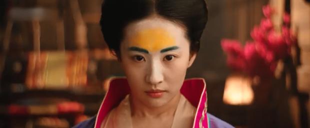 """Khỏi cần dân tình lên tiếng, Lưu Diệc Phi đã tự """"khịa"""" trình diễn xuất của mình ngay trong Mulan đây này! - Ảnh 1."""