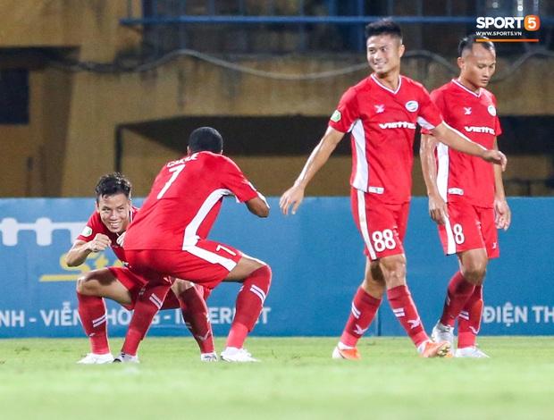 Đồng đội ghi 3 bàn trong 6 phút, Quế Ngọc Hải ăn mừng theo kiểu đấu võ - Ảnh 2.