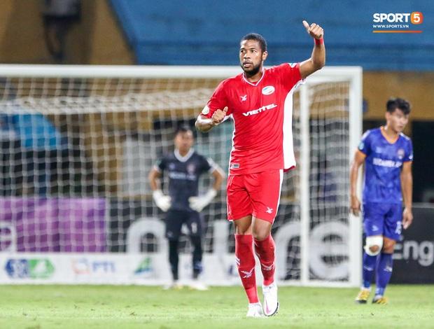 Đồng đội ghi 3 bàn trong 6 phút, Quế Ngọc Hải ăn mừng theo kiểu đấu võ - Ảnh 1.