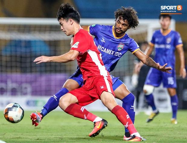 Đồng đội ghi 3 bàn trong 6 phút, Quế Ngọc Hải ăn mừng theo kiểu đấu võ - Ảnh 4.