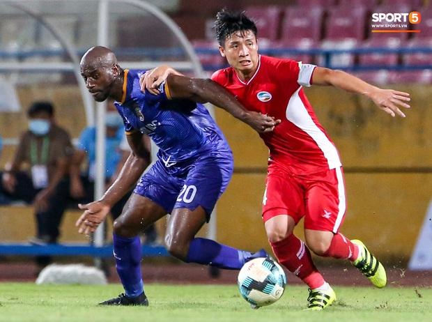 Đồng đội ghi 3 bàn trong 6 phút, Quế Ngọc Hải ăn mừng theo kiểu đấu võ - Ảnh 6.