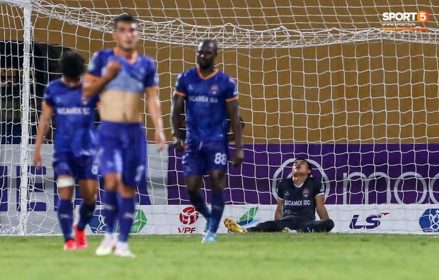 Đồng đội ghi 3 bàn trong 6 phút, Quế Ngọc Hải ăn mừng theo kiểu đấu võ - Ảnh 9.