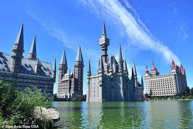 Tòa lâu đài của trường Hogwarts nổi tiếng bỗng xuất hiện mờ ảo sau màn mây ở Trung Quốc gây xôn xao dư luận - Ảnh 3.