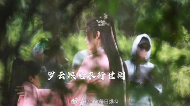 Đã đổi gió mặc đồ cô nương, Trần Phi Vũ còn hồn nhiên chỉnh miếng độn ngực giữa phim trường - Ảnh 2.