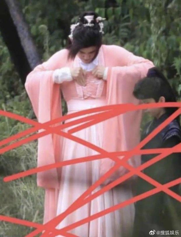 Đã đổi gió mặc đồ cô nương, Trần Phi Vũ còn hồn nhiên chỉnh miếng độn ngực giữa phim trường - Ảnh 4.