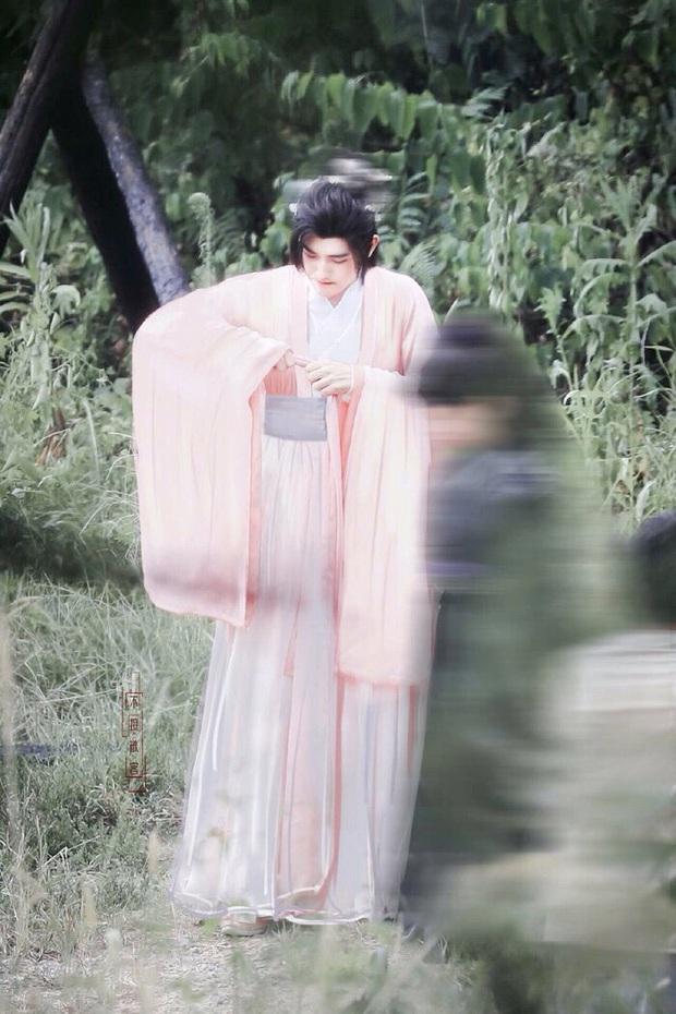 Đã đổi gió mặc đồ cô nương, Trần Phi Vũ còn hồn nhiên chỉnh miếng độn ngực giữa phim trường - Ảnh 1.