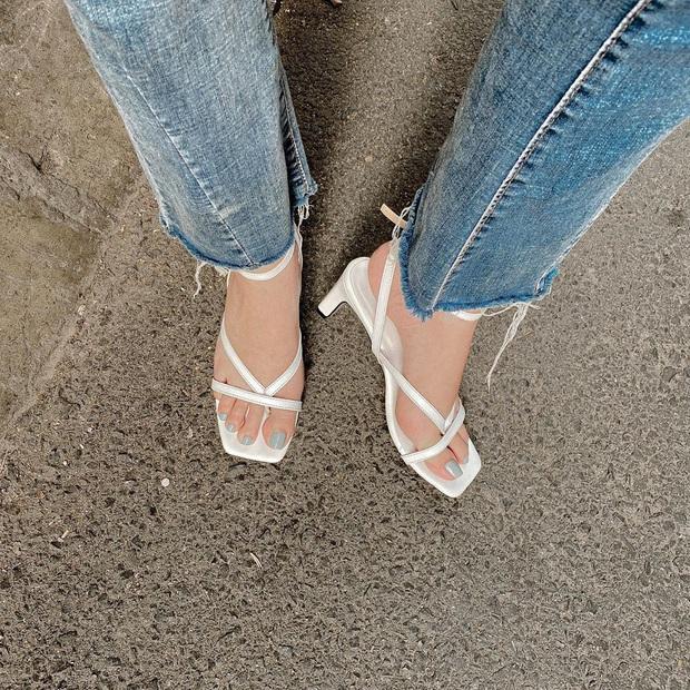 Khéo chọn sandal quai mảnh, Ngọc Trinh phô diễn triệt để lợi thế chân dài khi đọ dáng với cô em sexy Chi Pu  - Ảnh 7.