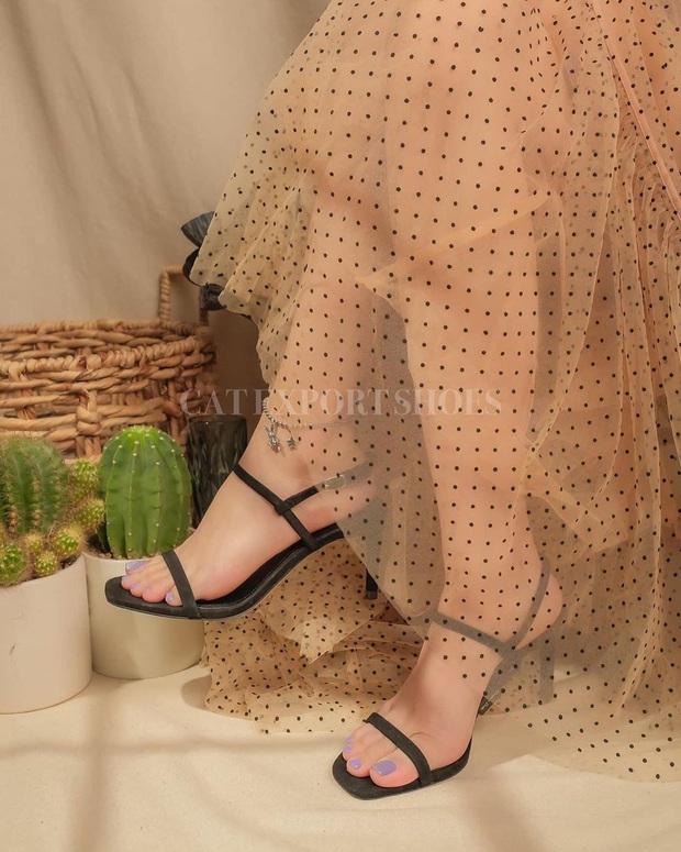 Khéo chọn sandal quai mảnh, Ngọc Trinh phô diễn triệt để lợi thế chân dài khi đọ dáng với cô em sexy Chi Pu  - Ảnh 9.