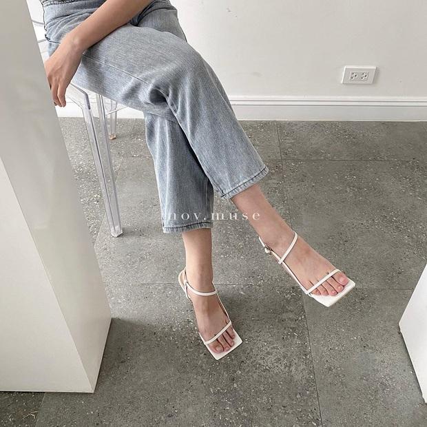 Khéo chọn sandal quai mảnh, Ngọc Trinh phô diễn triệt để lợi thế chân dài khi đọ dáng với cô em sexy Chi Pu  - Ảnh 3.