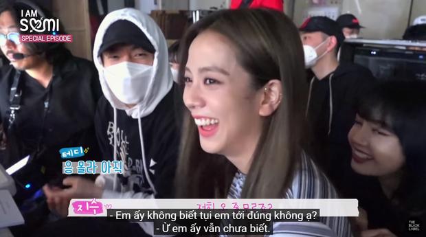Somi há hốc mồm khi thấy Lisa và Jisoo đánh úp ở trường quay MV, còn được các chị khen đáng yêu vì dám trả treo với CEO Teddy - Ảnh 2.