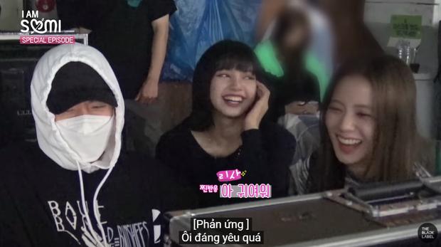 Somi há hốc mồm khi thấy Lisa và Jisoo đánh úp ở trường quay MV, còn được các chị khen đáng yêu vì dám trả treo với CEO Teddy - Ảnh 8.