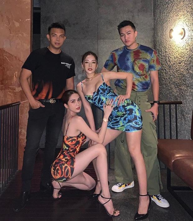 Khéo chọn sandal quai mảnh, Ngọc Trinh phô diễn triệt để lợi thế chân dài khi đọ dáng với cô em sexy Chi Pu  - Ảnh 1.
