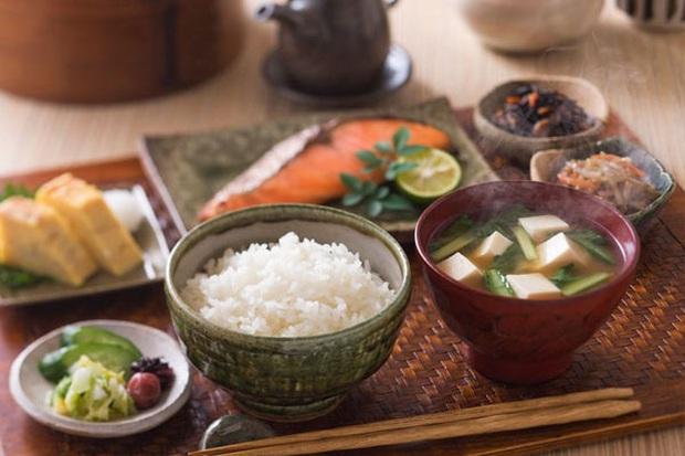 Thường xuyên ăn cơm nhưng vì sao người Nhật hiếm khi béo phì, lại còn sống thọ bậc nhất thế giới? Hóa ra cách họ tiêu thụ gạo cũng rất đáng để học tập - Ảnh 1.