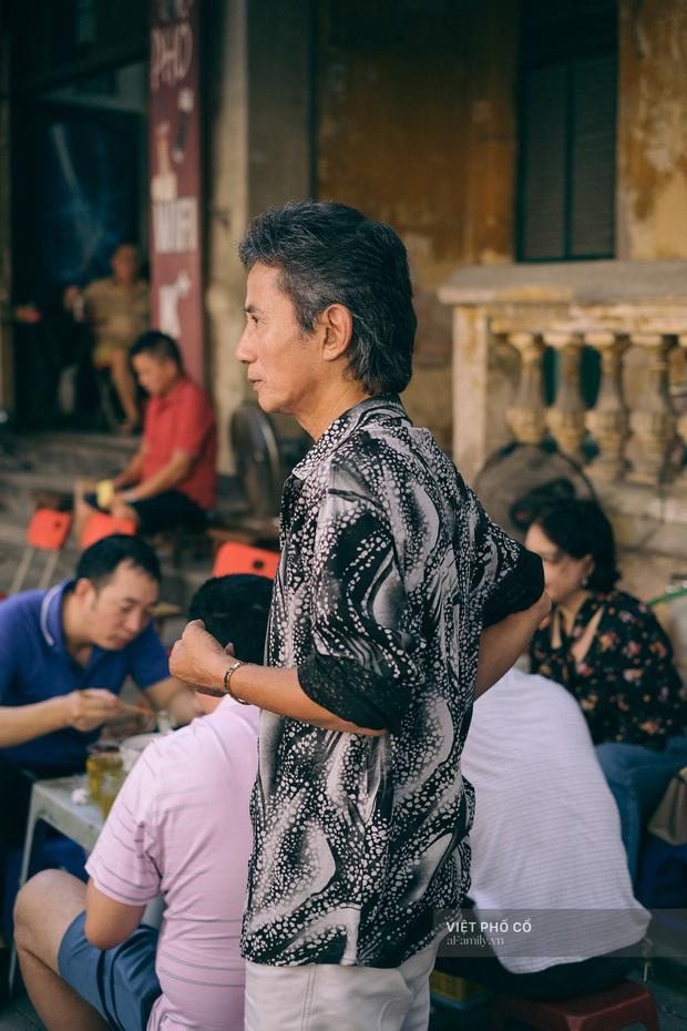 Quán phở sáng của ông chủ kỹ tính bậc nhất phố cổ Hà Nội: Dao thái thịt đố ai được động vào, vợ bán chung gần 30 năm vẫn không được đứng bếp! - Ảnh 13.