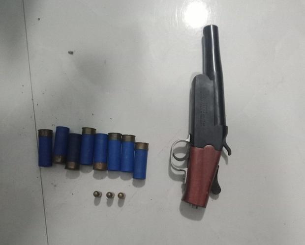 Bắt khẩn cấp hai đối tượng thủ súng, làm giả bằng đại học, sổ đỏ đất - Ảnh 3.