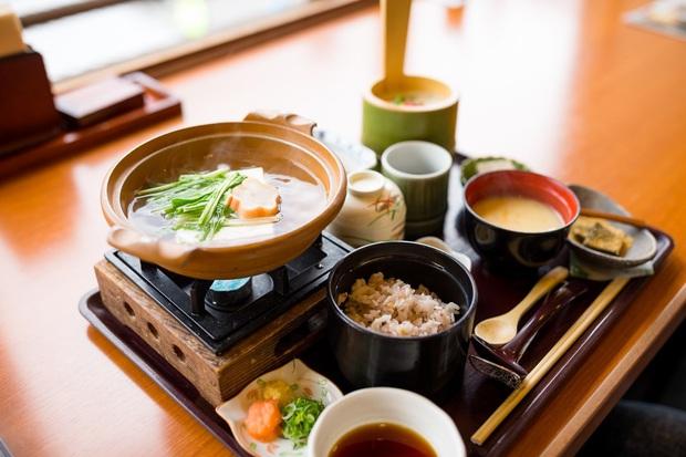 Thường xuyên ăn cơm nhưng vì sao người Nhật hiếm khi béo phì, lại còn sống thọ bậc nhất thế giới? Hóa ra cách họ tiêu thụ gạo cũng rất đáng để học tập - Ảnh 4.