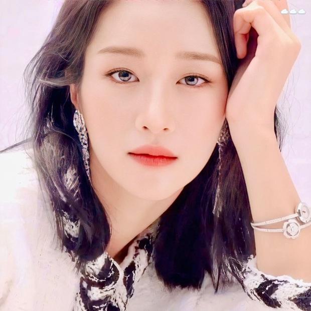 Knet phát sốt với bộ ảnh tạp chí mới của điên nữ Seo Ye Ji: Nhìn xa đã xinh, zoom gần mới càng thêm sốc - Ảnh 4.